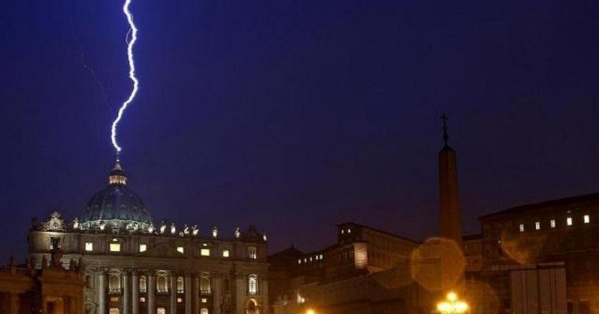 Il fulmine caduto sul Vaticano il giorno delle dimissioni di Benedetto XVI